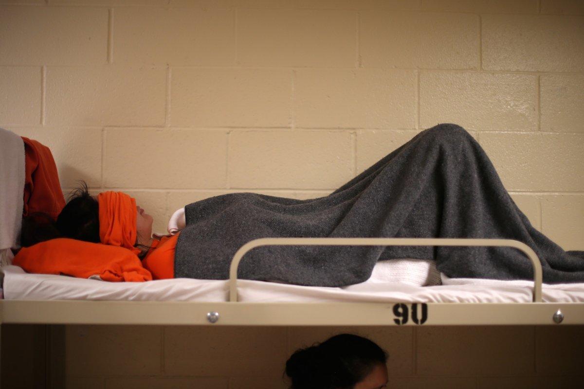 ベッドで眠る拘留者